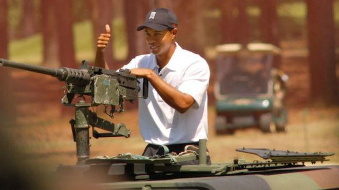 Tiger Woods montado en un tanque.