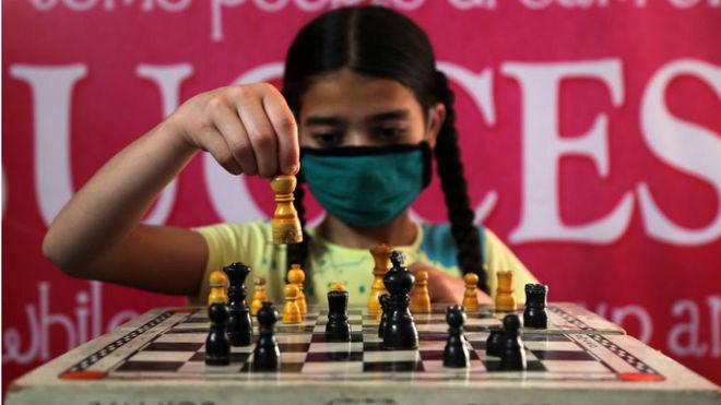 Una niña juega en un orfanato de la India durante el confinamiento.
