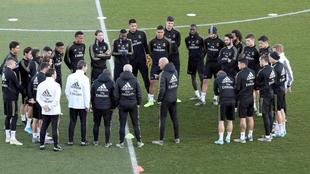 Zidane da instrucciones, durante una sesión de entrenamiento.