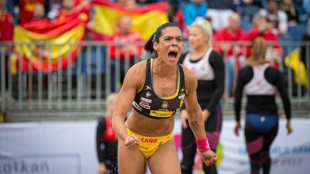 Raquel Caño celebra un gol con la selección española de balonmano...