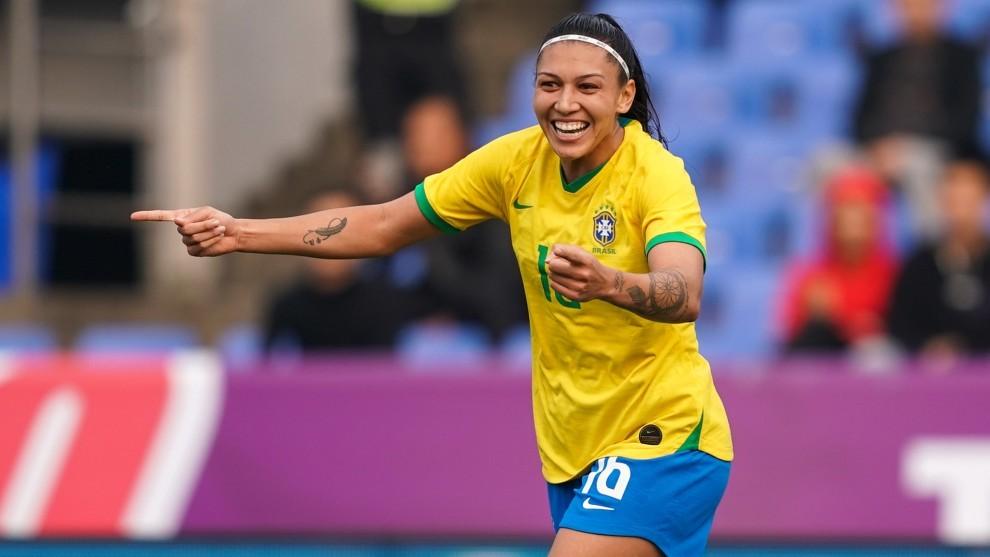 Bia Zaneratto celebra un gol con la selección de Brasil.