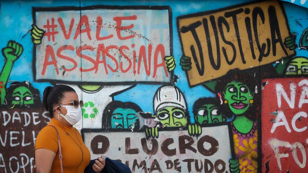 Una mujer en Brasil con mascarilla.