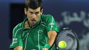 Novak Djokovic se grabó entrenando en una cancha de tenis.