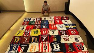 Raúl posa con su colección