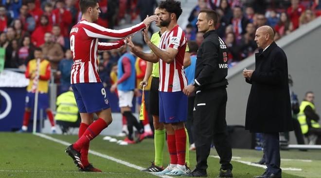 Momento de un cambio entre Morata y Diego Costa.