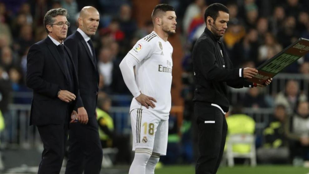 Jovic, listo para saltar al campo ante la mirada de Zidane y Chendo.