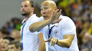 Talant Dujshebaev, dirigiendo a su equipo.