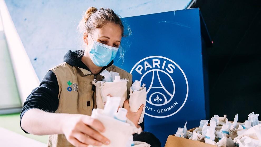 Una voluntaria distribuye material desde el Parque de los Príncipes.