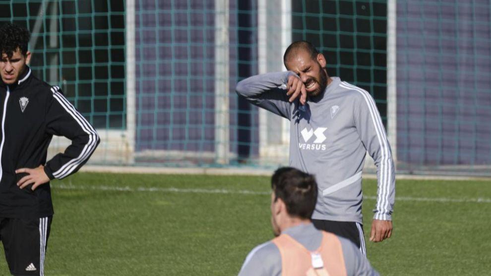 Fali se seca el sudor durante un entrenamiento del Cádiz en El Rosal