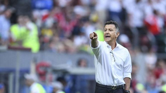 Osorio dirigiendo a la selección mexicana.