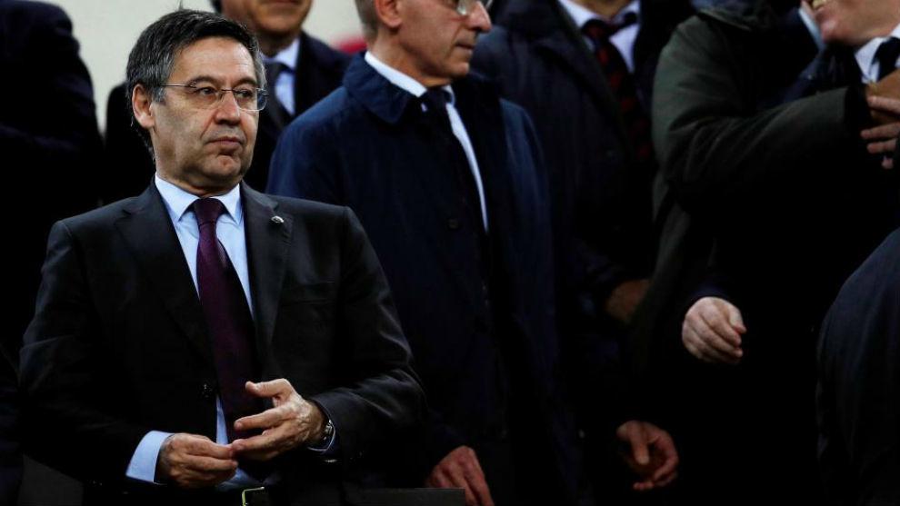 El presidente del Barcelona, Josep María Bartomeu, en el palco del...