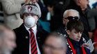 Aficionados del Bournemouth con mascarilla, durante un partido