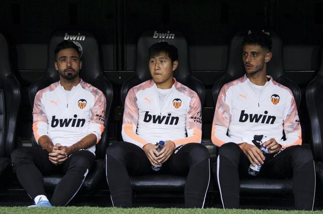 Kangin Lee sentado en el banquillo de Mestalla.