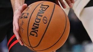 Un jugador de la NBA maneja un balón.