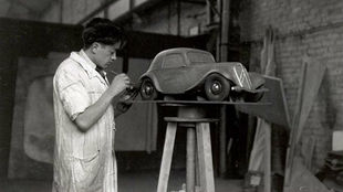 Flaminio Bertoni moldea la maqueta del Citroën Traction Avant.