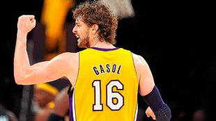 Pau Gasol celebra una canasta con los Lakers