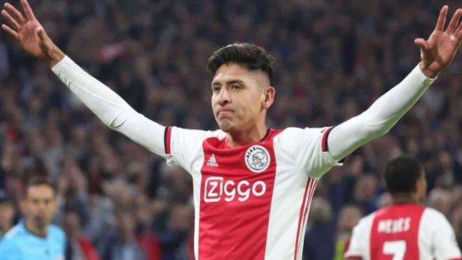 Edson en un duelo con el Ajax.