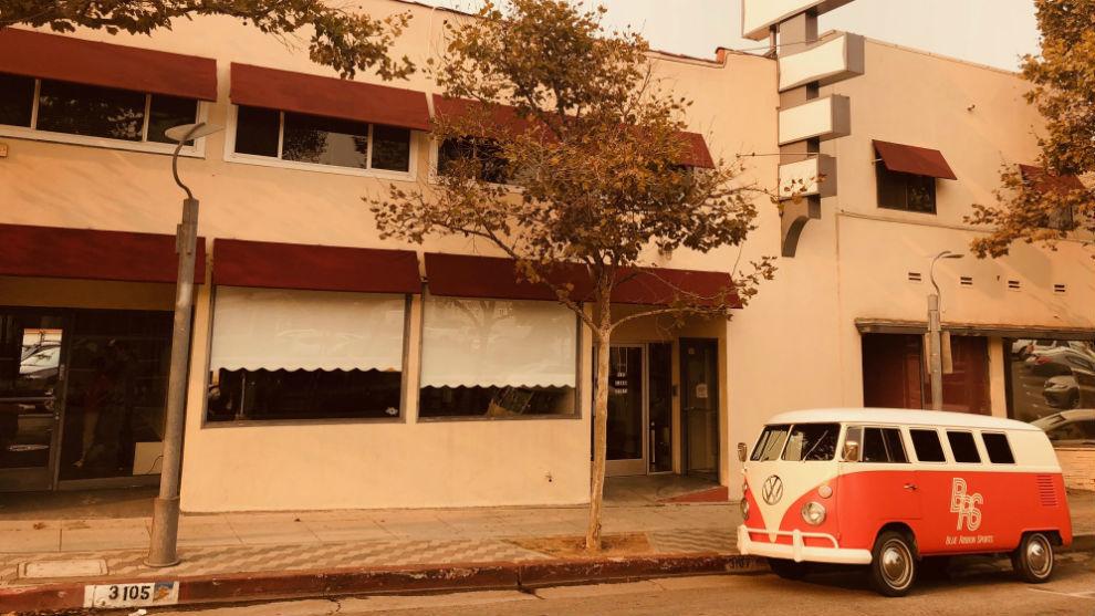 Un Volkswagen Tipo 2 de los años 60 aparcado en la puerta de la tienda de RBS.