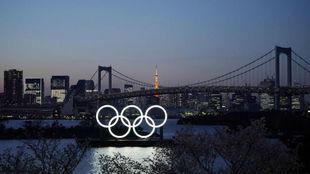 Los aros olímpicos iluminados en la bahía de Tokio.