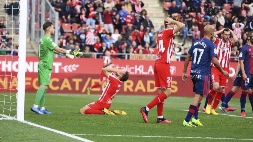 Jugadores del Girona se lamentan una ocasión en el partido ante el...