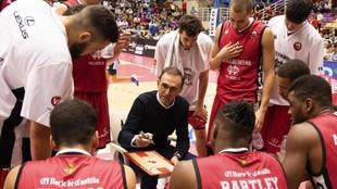 Hugo López da instrucciones a sus jugadores en un tiempo muerto del...