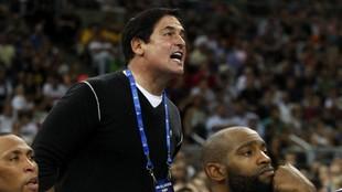 Cuban grita desde la banda durante un partido de los Mavericks.