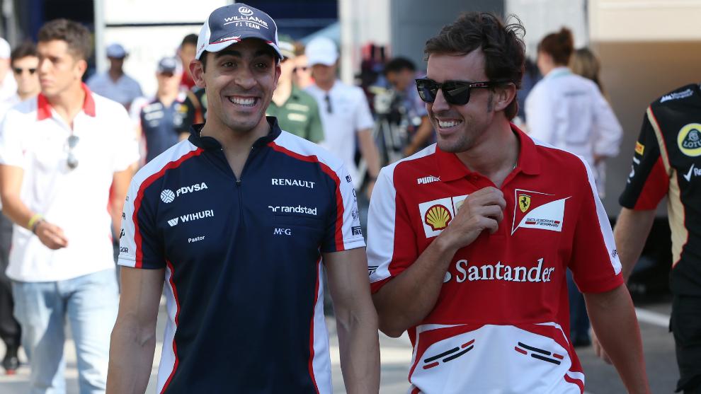 Maldonado camina junto a Alonso.