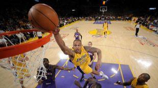 Shannon Brown trata de hacer un mate durante su paso por los Lakers.