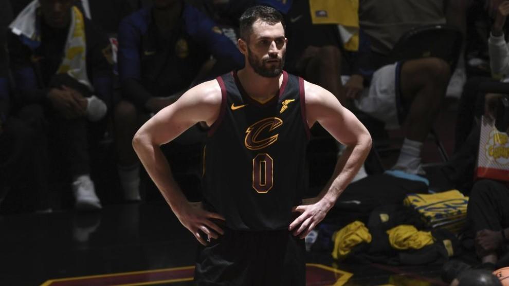 Kevin Love, pensativo durante un partido con los Cavaliers.