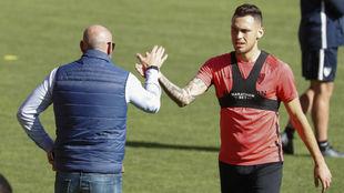 Monchi saluda a Ocampos en un entrenamiento.