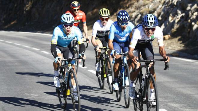 Nairo Quintana, Egan Bernal y Miguel Ángel 'Supermán' López junto a...