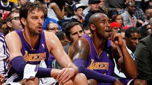 Pau Gasol, junto a Kobe Bryant en un partido de los Lakers.