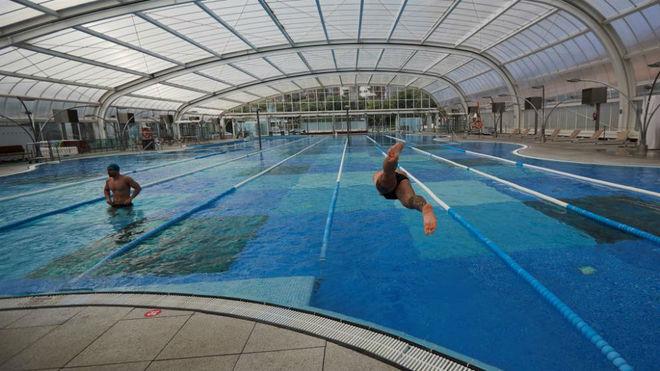 Dos nadadores en una piscina.