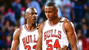 Michael Jordan habla con Horace Grant durante un encuentro de los...