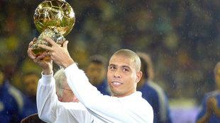 Ronaldo, con el Balón de Oro ganado en 2002