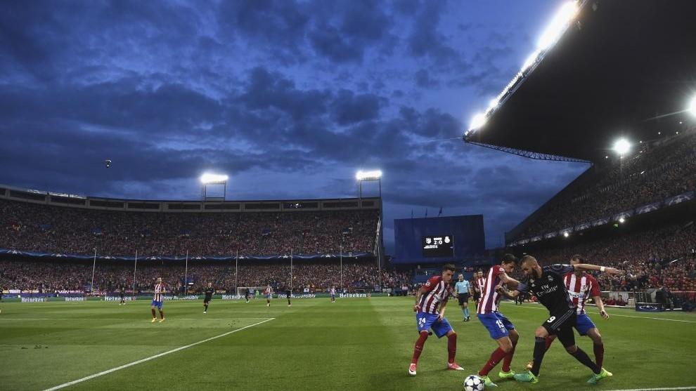 Benzema regatea a tres defensas del Atlético.