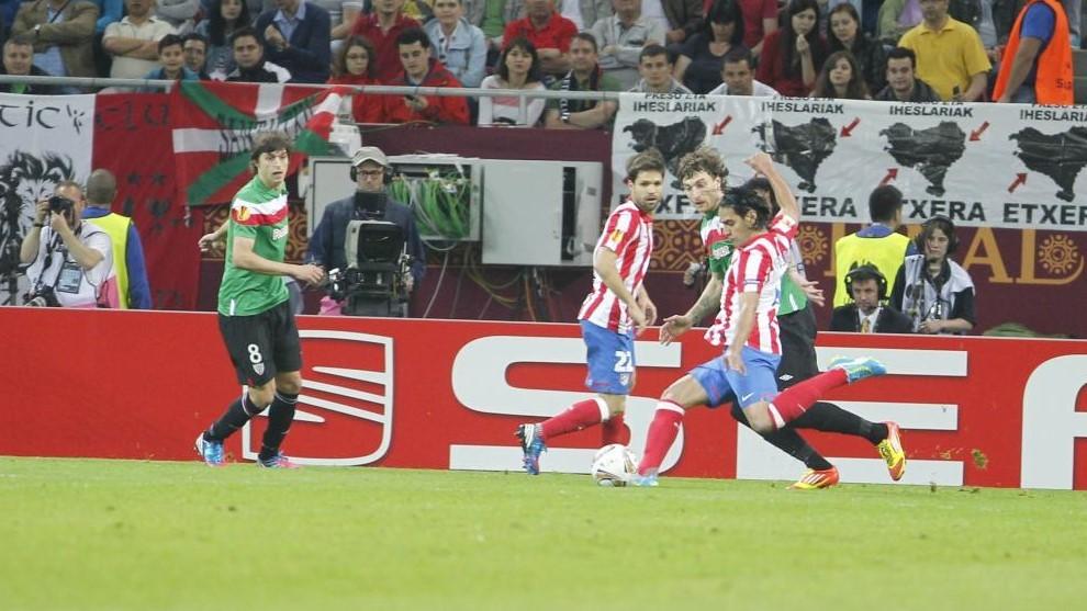 Falcao dispara en uno de sus goles al Athletic en Bucarest.