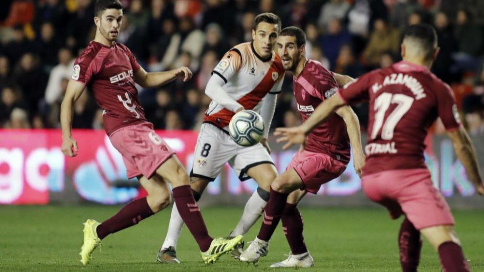 Trejo, rodeado por jugadores del Albacete durante el partido de...