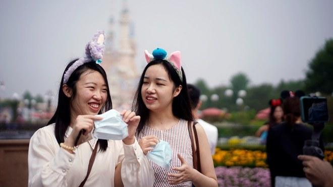 La gente afuera de Disneyland Shanghái.