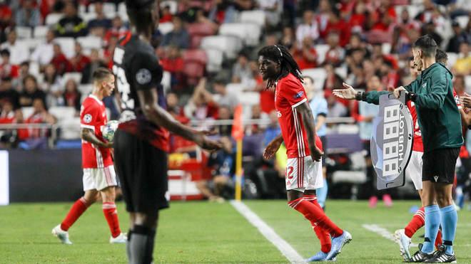 Tavaras salta al campo durante un partido de Champions League con el...