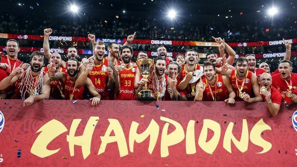 Los jugadores de la selección española celebran su triunfo en el...