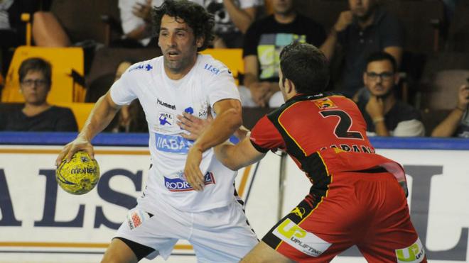 Juanín García durante un partido con Ademar León en la campaña...