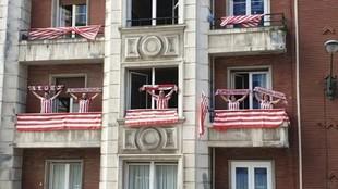 Los aficionados del Athletic y la Real salieron a los balcones el día...