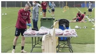 El jugador el Huesca, Luisinho, se lava las manos con gel