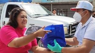 Eddy Reynoso repartiendo despensas en Tlaquepaque.