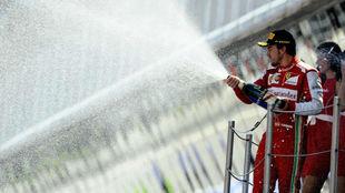 Fernando Alonso, en el podio celebrando su victoria número 32.