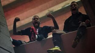 Neymar y Mbappé celebran el pase a los cuartos de la Champions.