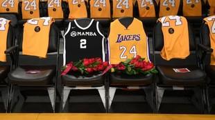 Las camisetas de Gigi y Kobe Bryant en un homenaje de los Lakers.