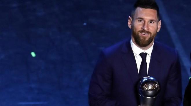 Leo Messi, con el trofeo The Best de la pasada edición.