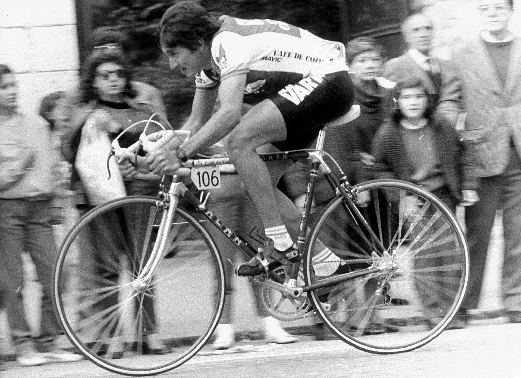 El ciclista colombiano a toda velocidad, con el dorsal 106 en su bici, pasando al lado de los aficionados